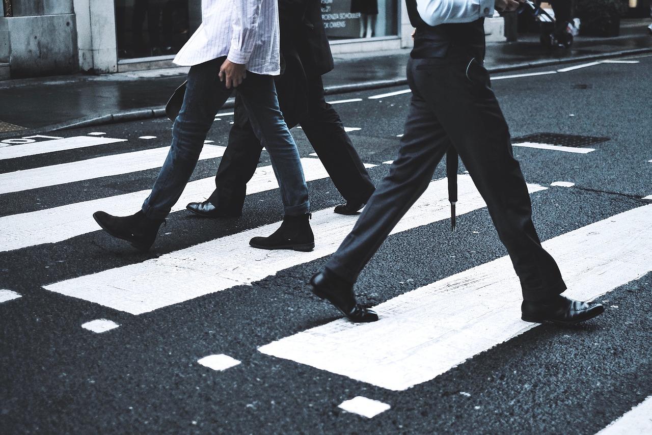 Zasady przechodzenia przez jezdnię – wszystko, co musisz o nich wiedzieć